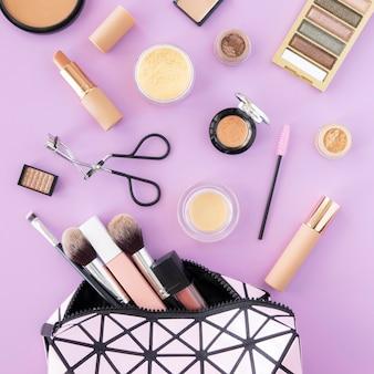 Produtos de maquiagem em bolsa