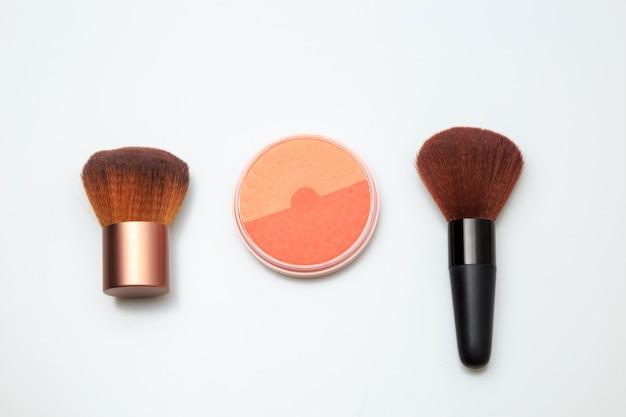 Produtos de maquiagem em branco