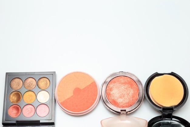 Produtos de maquiagem no fundo branco