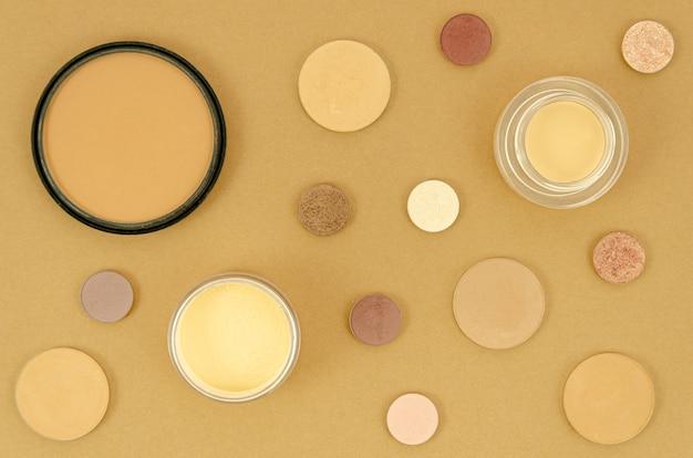 Produtos de maquiagem nude em fundo bege