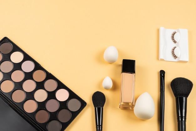 Produtos de maquiagem profissional com produtos cosméticos de beleza, pincéis e ferramentas