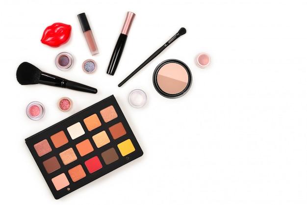 Produtos de maquiagem profissional com produtos cosméticos de beleza, sombras, pigmentos, batons, pincéis e ferramentas. espaço para texto ou desenho.