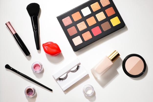 Produtos de maquiagem profissional com produtos cosméticos de beleza, sombras, pigmentos, batons, pincéis e ferramentas.