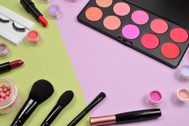 Produtos de maquiagem profissional com produtos de beleza cosméticos, blushes, delineador, cílios, pincéis e ferramentas.