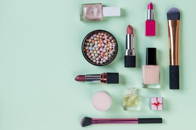 Produtos de maquiagem profissional com produtos de beleza cosméticos