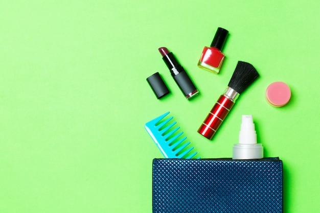 Produtos de maquiagem saindo da bolsa de cosméticos