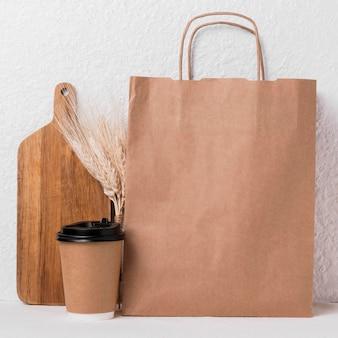 Produtos de padaria embalados de vista frontal e xícara de café
