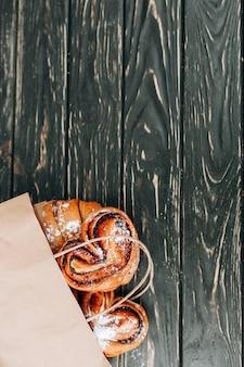 Produtos de panificação para sacolas de papel. refeição saudável. espaço em branco. comida gourmet. brincar.