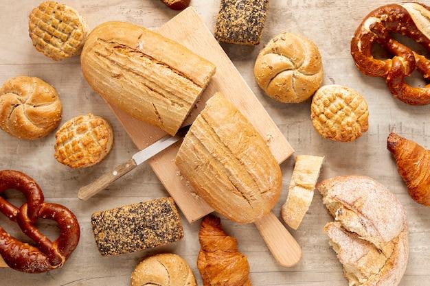 Produtos de pão e pastelaria meio cortados