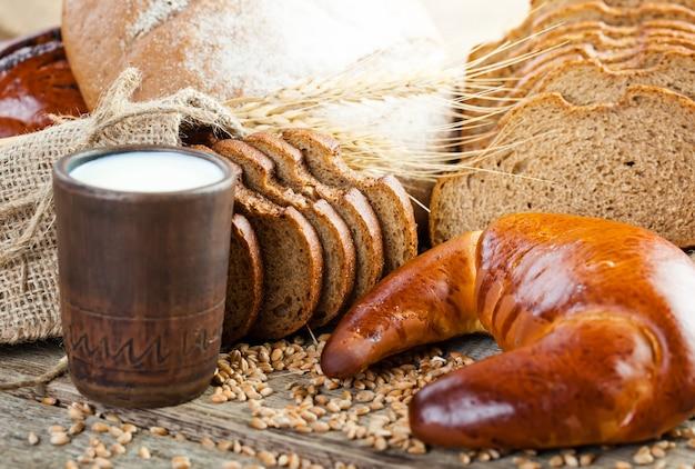 Produtos de pão sobre a mesa na composição
