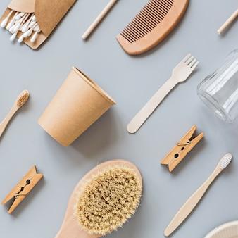 Produtos de papel natural eco plana leigos em fundo cinza. conceito de estilo de vida sustentável.