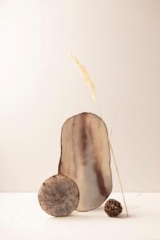 Produtos de resina epóxi como xícaras e porta-copos para alimentos. em uma composição de equilíbrio moderna sobre um fundo claro.