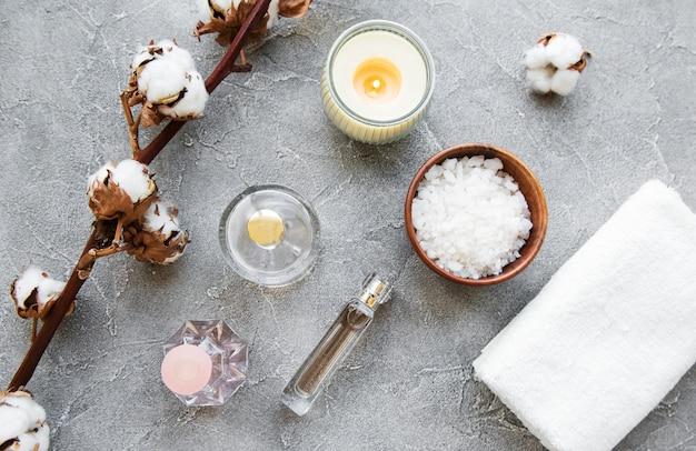Produtos de spa com flores de algodão