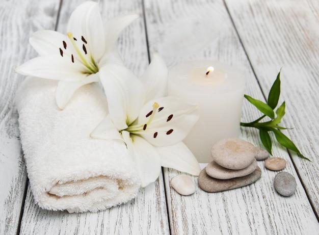 Produtos de spa com lírio branco