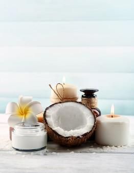 Produtos de spa de coco em parede de madeira clara