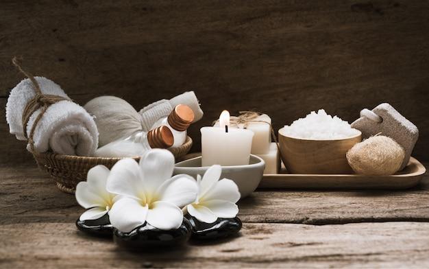 Produtos de spa e aromaterapia em fundo de madeira