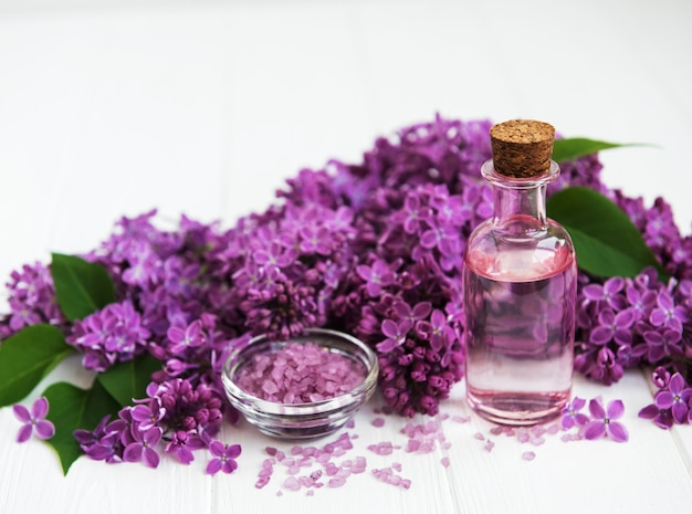 Produtos de spa e flores lilás