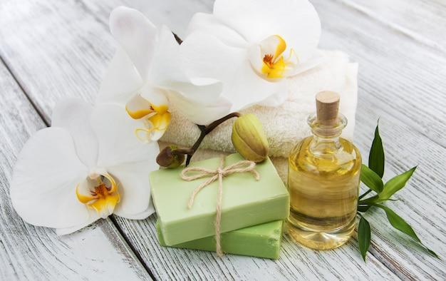 Produtos de spa e orquídeas brancas
