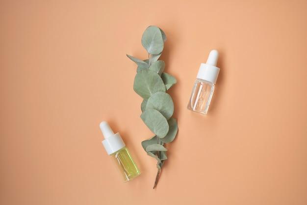 Produtos de spa orgânicos naturais, acessórios de banheiro ecológicos, folhas de eucalipto. postura plana. vista do topo.