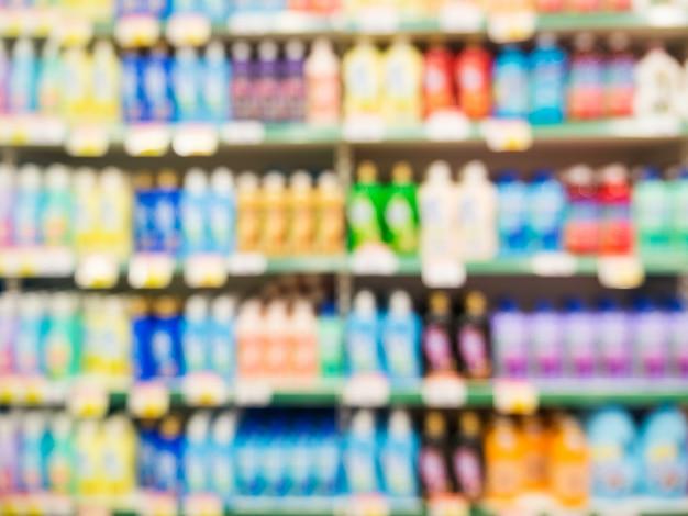 Produtos de supermercado colorido turva nas prateleiras