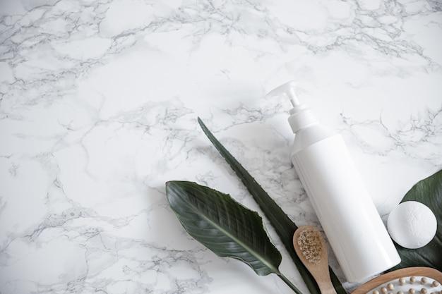 Produtos de tratamento e acessórios de banho sobre superfície de mármore. conceito de saúde, beleza e higiene pessoal.
