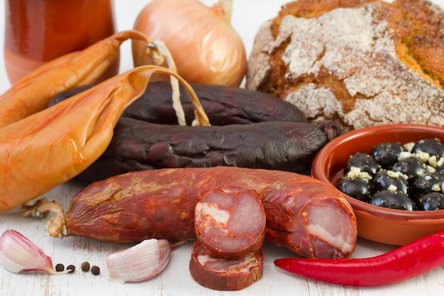 Produtos defumados com pão de milho e pimenta