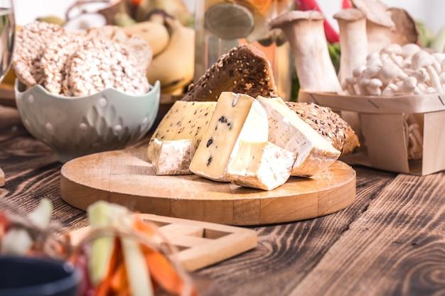 Produtos diferentes na mesa, queijo, pão