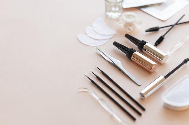 Produtos e ferramentas para cuidar das sobrancelhas