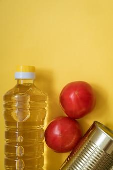 Produtos em fundo amarelo, óleo e vegetais