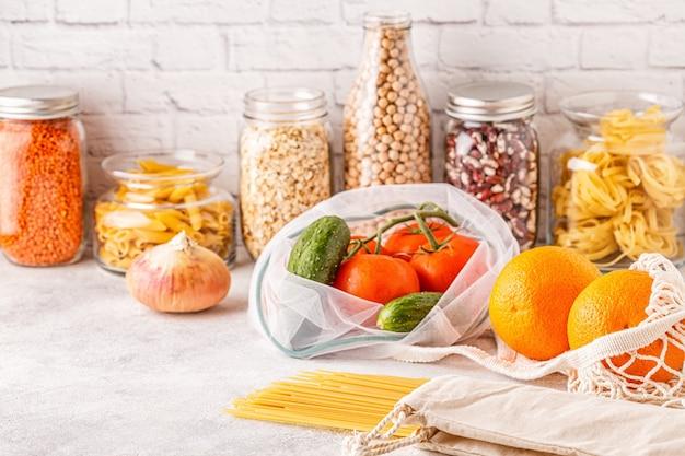 Produtos em sacos têxteis, vidro. eco amigável compras e armazenamento de alimentos, conceito de desperdício zero.