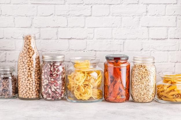Produtos em vidro. armazenamento de alimentos ecologicamente correto, conceito de desperdício zero.