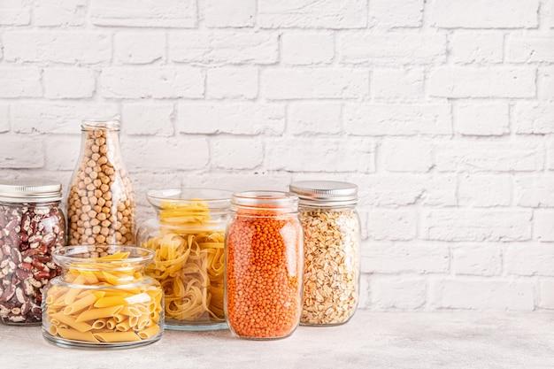 Produtos em vidro. armazenamento de alimentos ecológico, conceito de desperdício zero.