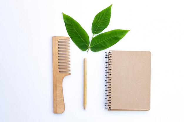 Produtos feitos de papel kraft reciclado. conceito ecológico, sem plástico. proteção ambiental, conservação da natureza e rejeição de produtos plásticos.