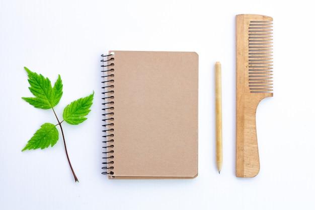 Produtos feitos de papel reciclado. conceito de eco, cuidados de ecologia. proteção ambiental, conservação da natureza e rejeição de produtos plásticos.
