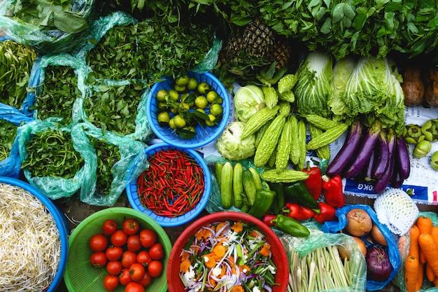 Produtos frescos coloridos no mercado asiático