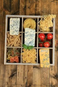 Produtos italianos em caixa de madeira sobre mesa