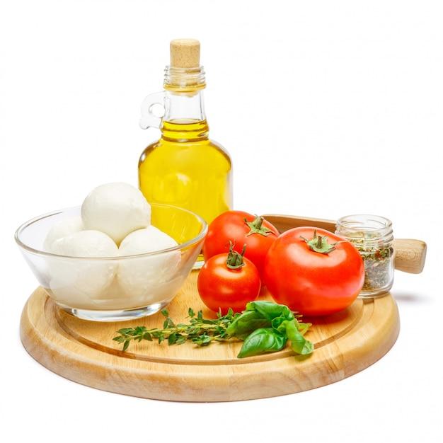 Produtos italianos tradicionais parmesão ou parmigiano e mozarella na tábua
