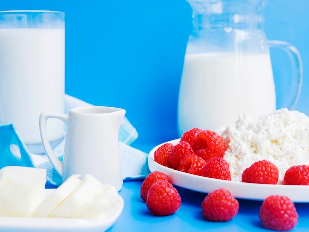 Produtos lácteos e framboesas frescas