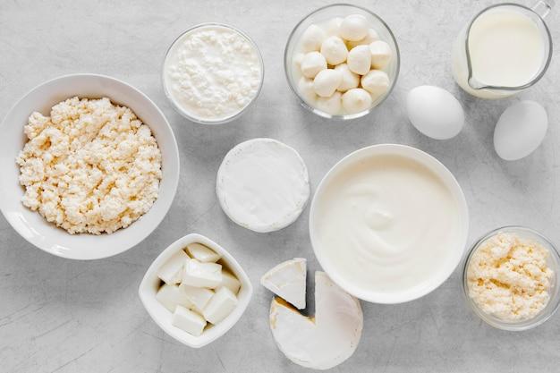 Produtos lácteos em fundo de cimento
