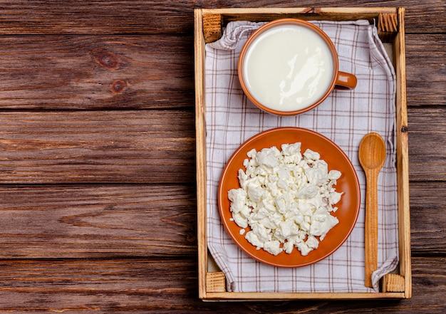 Produtos lácteos fermentados caseiros - kefir, queijo cottage em uma bandeja