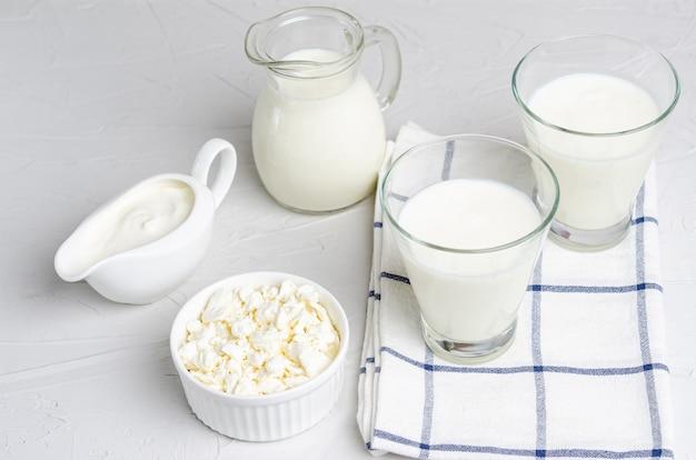 Produtos lácteos fermentados caseiros - kefir, queijo cottage, postura plana