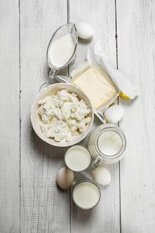 Produtos lácteos frescos em fundo branco de madeira