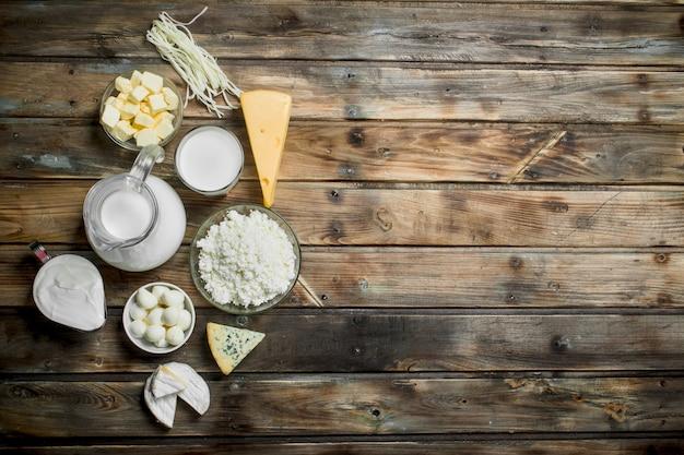 Produtos lácteos frescos em uma mesa de madeira.