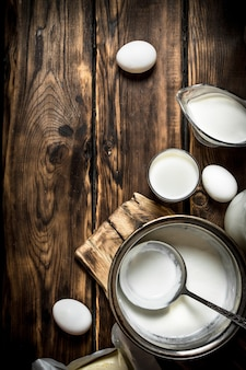 Produtos lácteos frescos na mesa de madeira.