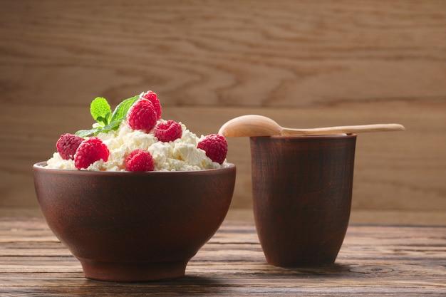 Produtos lácteos: leite, queijo cottage, framboesa e hortelã