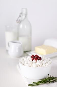 Produtos lácteos na mesa branca. creme de leite, leite, queijo, ovo