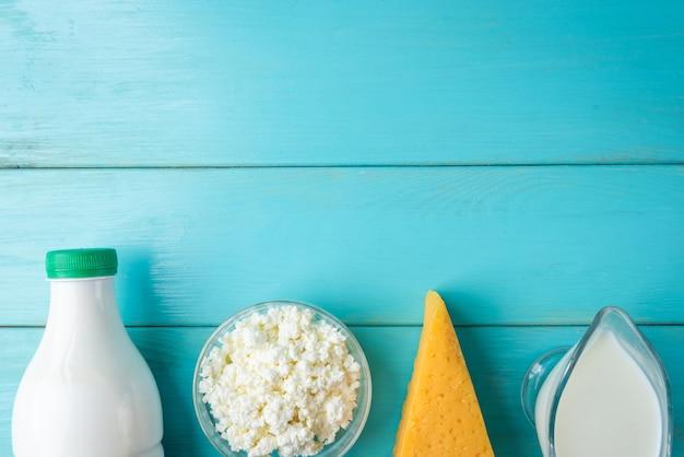 Produtos lácteos na mesa de madeira azul.