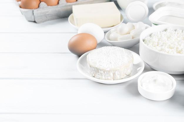 Produtos lácteos na mesa de madeira, vista superior