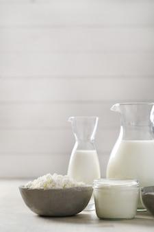 Produtos lácteos na mesa de madeira