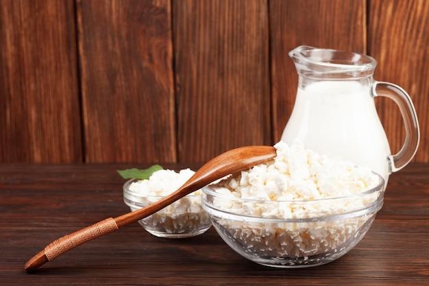 Produtos lácteos nutritivos na mesa de madeira